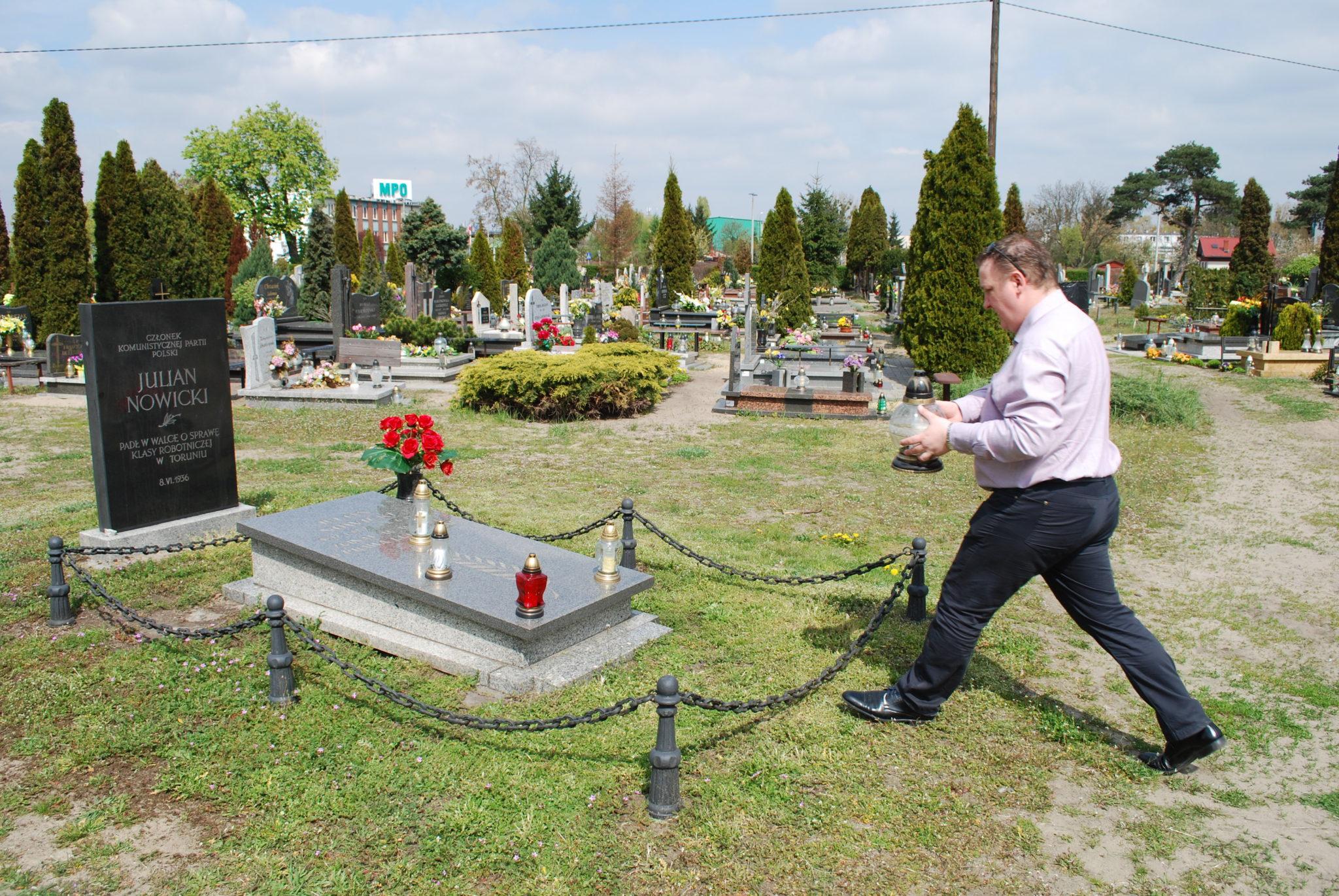 Uroczystości na grobie Juliana Nowickiego w Toruniu